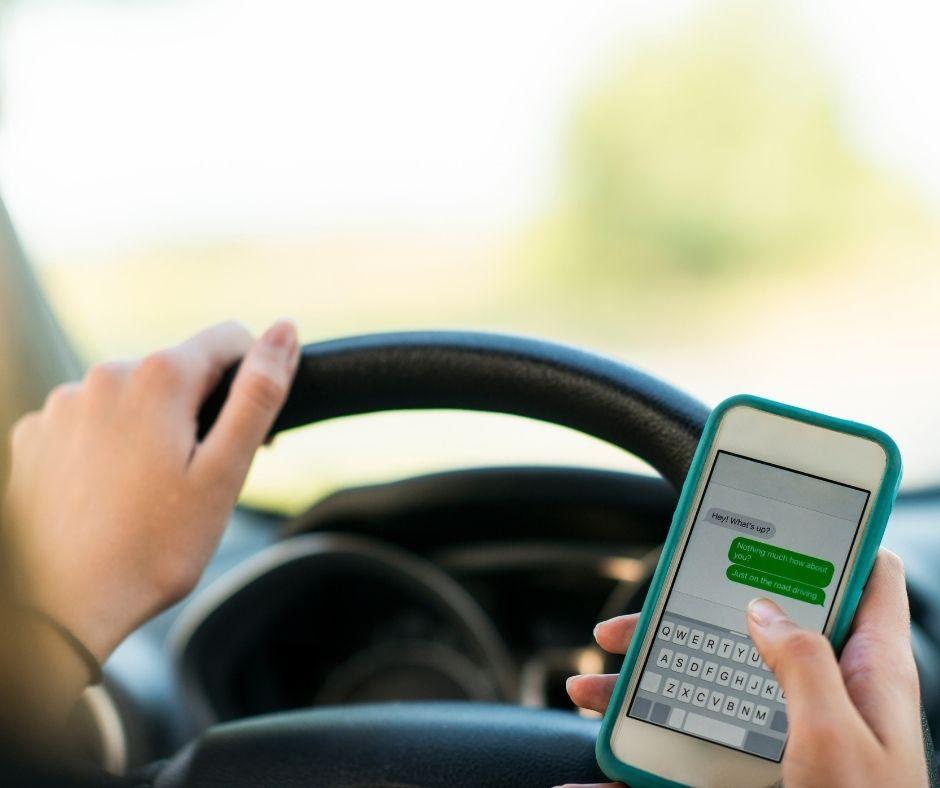 distracciones al volante - Autoescuela Marcos -autoescuela en gandia
